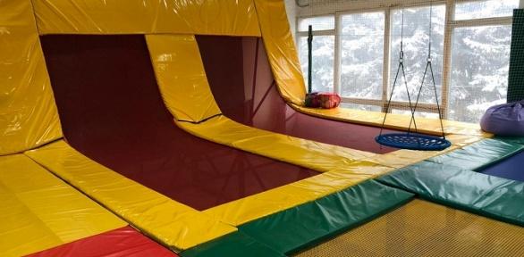 Прыжки набатуте вбатутном клубе Jumper