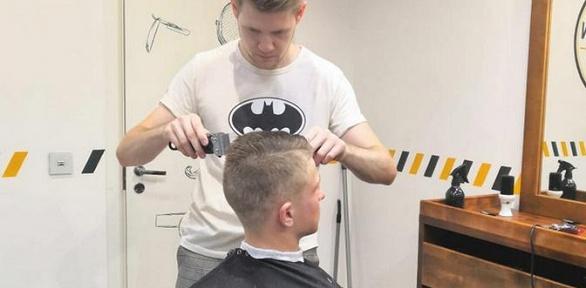 Мужская стрижка имоделирование бороды отбарбера Антона Undercut
