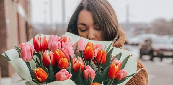 Букеты изтюльпанов, роз, хризантем