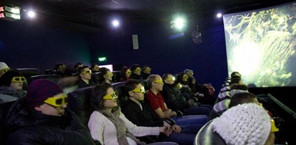 Сеанс просмотра фильма в«7D-кинотеатре»