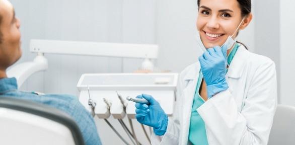 Чистка илечение зубов встоматологии WhiteWall