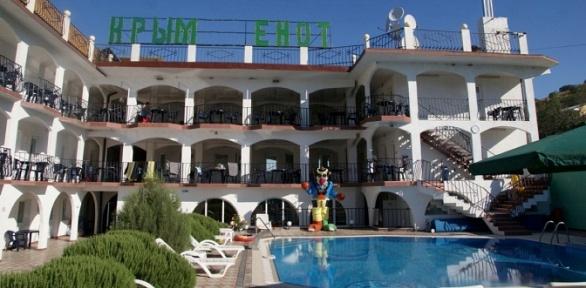 Отдых сзавтраками, посещением бассейна, джакузи вотеле «Крым Енот»