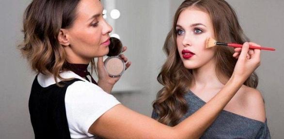 Парикмахерские услуги, макияж всалоне красоты «Плойка»