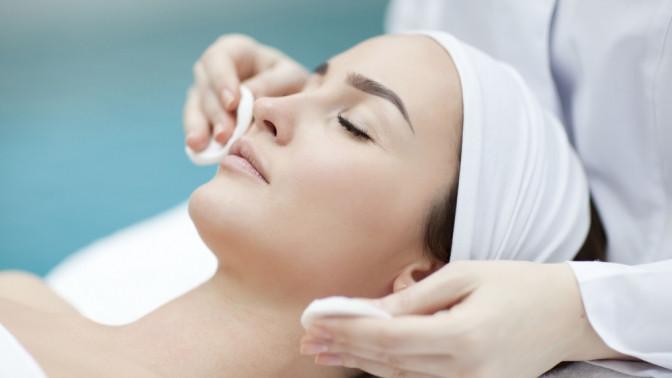 Скидка до 80%. Ультразвуковая, комбинированная, мануальная чистка лица, сеансы пилинга, RF-лифтинг, карбокситерапия, массаж иуход для лица всалоне красоты Novobeauty